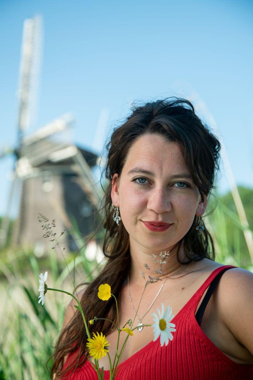 Jonne Kramer kroop in alle hoeken en gaten van een molen om onderzoek te doen voor haar nieuwste jeugdroman. Beeld Nikolai van Nunen