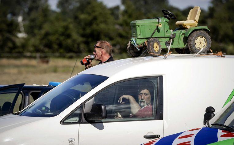 Tractoren waren vooraf verboden, dus kwamen de boeren met hun eigen auto naar het RIVM-kantoor in Bilthoven.  Beeld ANP