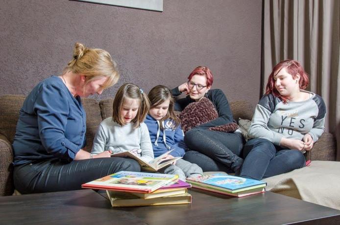 Kinderen van gezin uit Twenterand worden voorgelezen door Isa.