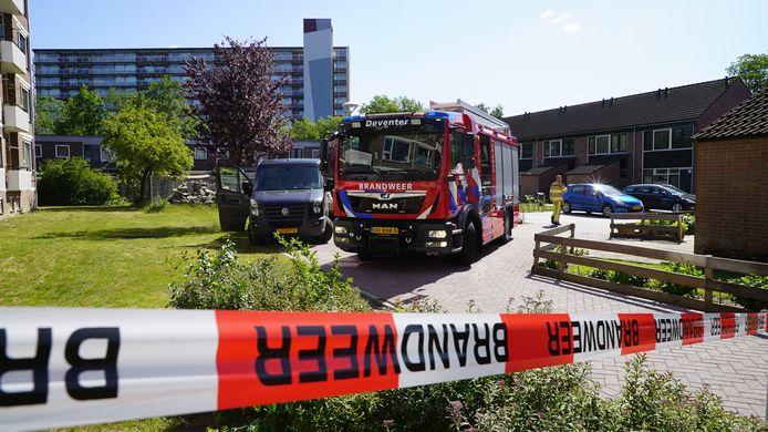 De brandweer helpt bij de ontruiming van de woningen in Deventer.