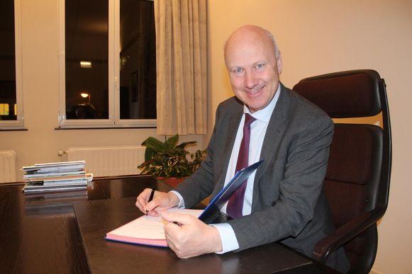 Burgemeester Luc Wynant aan zijn bureau.