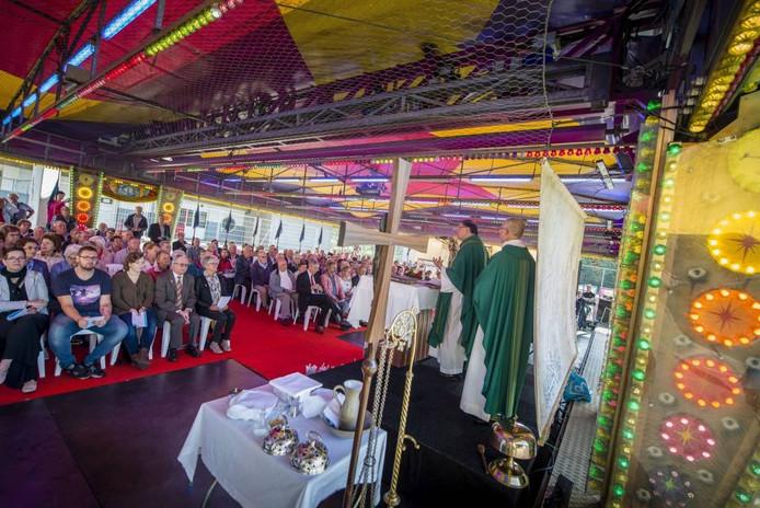 De kermismis in Roosendaal, uitgesproken door aalmoezenier Bernhard van Welzenes van de Kermis-, Circus- en Binnenvaartparochie. Foto Tonny Presser/Pix4Profs