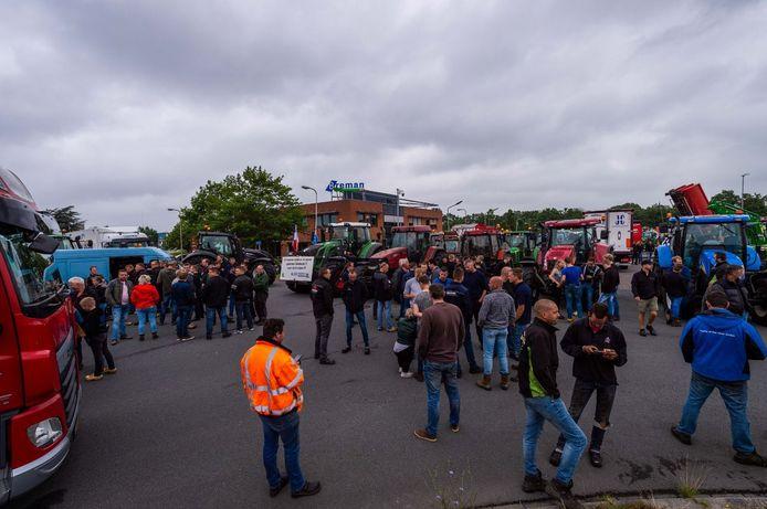 Boeren blokkeren met hun trekkers het distributiecentrum van Albert Heijn in Zwolle.