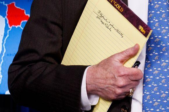 """""""5.000 troepen naar Colombia"""", viel er te lezen op Boltons nota's."""