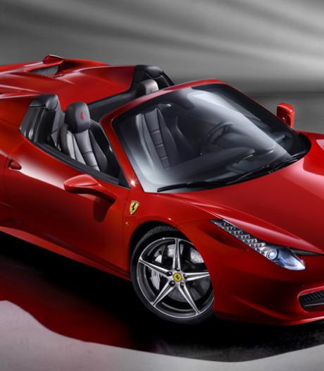 Politie op zoek naar man die rondreed met naakte vrouw op dak Ferrari