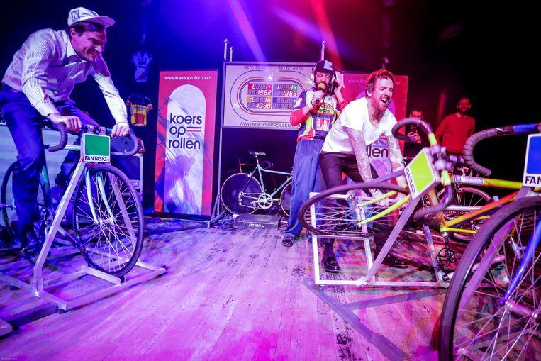 Bradley Wiggins kon zijn euforie na de winst niet wegsteken. Hij gooide zijn fiets tegen de grond.