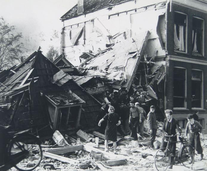 De bommen van de Engelsen richtten enorme schade aan. Niet alleen het bunkercomplex en de villa met Duitse leiders werden geraakt, veel afzwaaiers kwamen in de omgeving terecht. Daarbij vielen vele doden. Op deze foto: het vernielde huis op de Sint Jorisweg, tegenover het huidige Kunstmin.