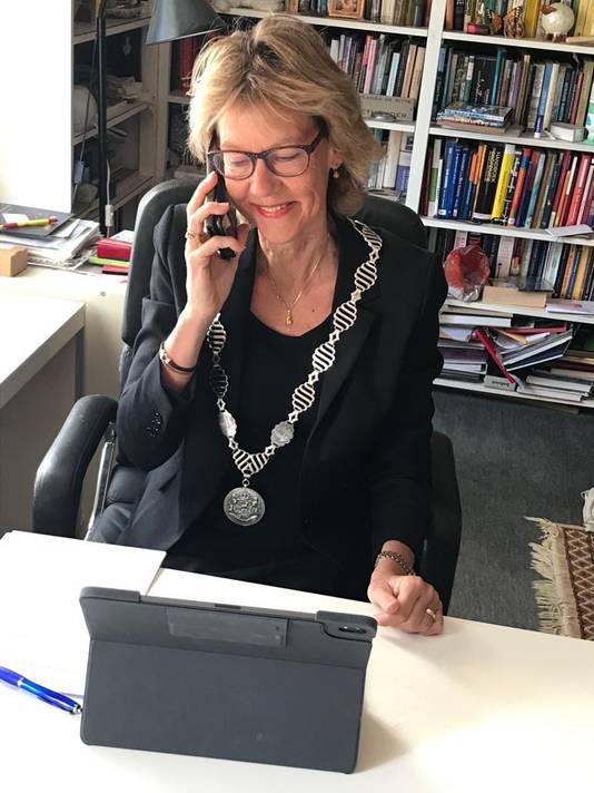 Burgemeester Jolanda de Witte van Albrandswaard belt de decorandi in haar gemeente voor de lintjesregen van 2020.