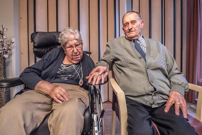 Riek (85) en Kees (90) in het verzorgingshuis in Pijnacker. Kees kan haar niet zelfstandig bezoeken en moet wachten tot hun kinderen hem brengen. Riek zit eenzaam te wachten tot hij komt.