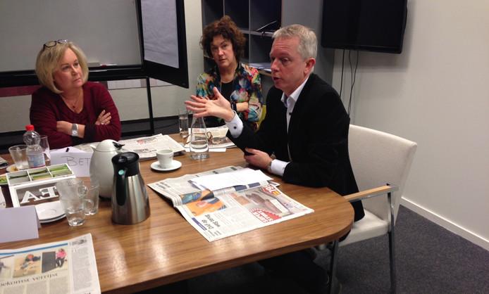 Deelnemers aan de masterclass Nieuws maken krijgen toelichting op de redactie van het Eindhovens Dagblad.