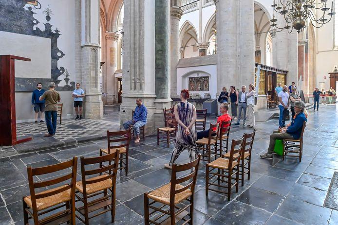 Toeristen blijven verrast staan kijken bij de generale repetitie in de Grote Kerk van de voorstelling Stemming, een moment om te gedenken