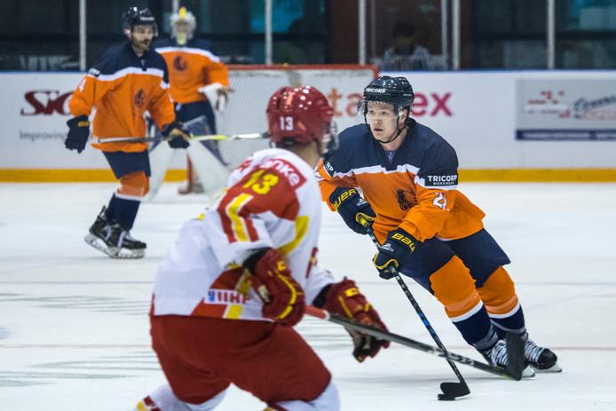 Danny Stempher (rechts) in actie voor het Nederlands ijshockeyteam.