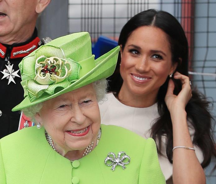 Queen Elizabeth en Meghan arriveren goedgemutst in Runcor.