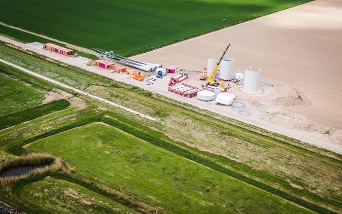 De eerste windmolens komen langzaam uit de grond op windpark Westerse Polder in Numansdorp.