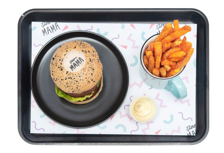 De vegetarische Beyond Burger met friet. Beeld Els Zweerink