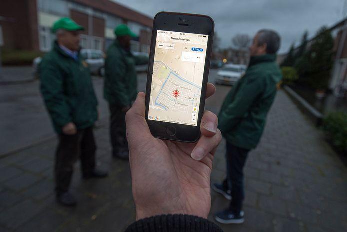 Via microfoons in de wijk worden harde knallen opgespoord en aangegeven in een app. Buurtvaders kunnen hierdoor gericht mensen aanspreken.