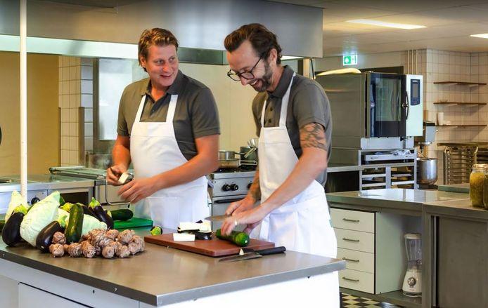 Roy Wiggers en Leon Mazairac, chefs met Utrechtse roots, schotelen hun gasten een vast, vijfgangendiner met lokale producten voor.