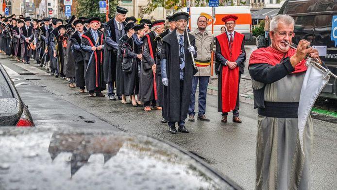 De stoet van de togati, dinsdagnamiddag, van het stadhuis naar de stadsschouwburg. Waar er een academische zitting is.