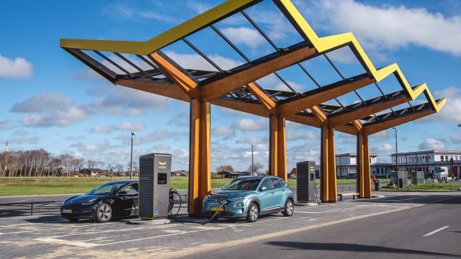 Elektrische wagen helemaal opgeladen in 15 minuten: eerste snellaadstation van Fastned staat in Oostende