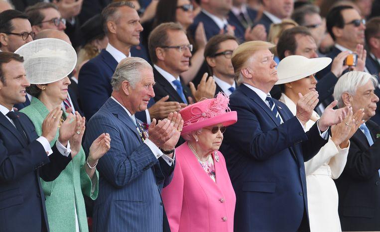 Bij de herdenking van D-day in Portsmouth applaudisseren president Macron, premier Theresa May, prins Charles van Wales, koningin Elizabeth, president Trump, zijn vrouw Melania Trump en de Griekse president Pavlopoulos. Beeld EPA