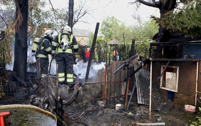 Brandweerlieden proberen de brand te blussen.
