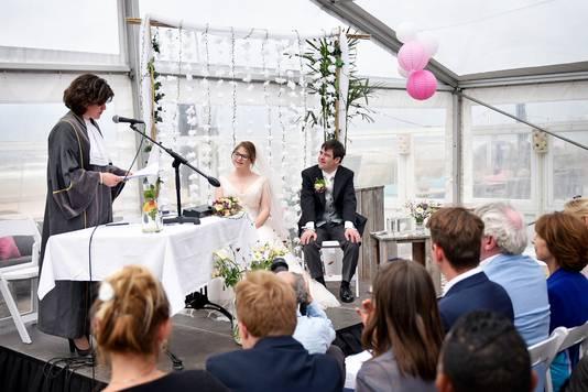 Lize en Ruben tijdens de trouwceremonie.