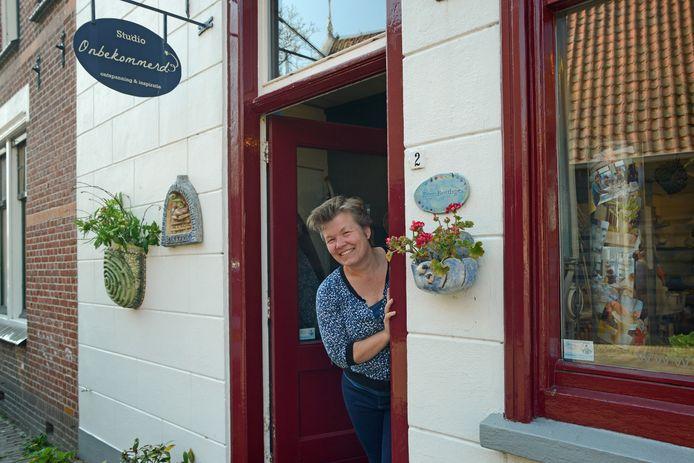 Ellen Bentlage in de deuropening van haar atelier Studio Onbekommerd. Die studio ligt in Dreischor, maar aan het project  'Fragmenten in woord en beeld' doen mensen uit heel Nederland en zelfs Duitsland en Canada mee.