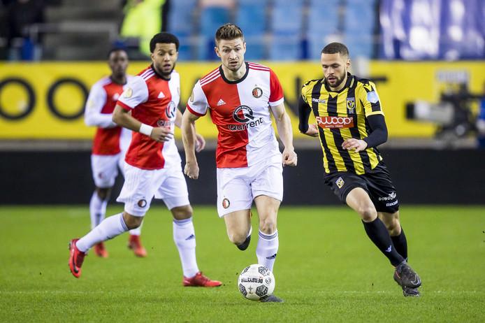 Jan-Arie van der Heijden duelleert voor Feyenoord met Luc Castaignos, spits van Vitesse.