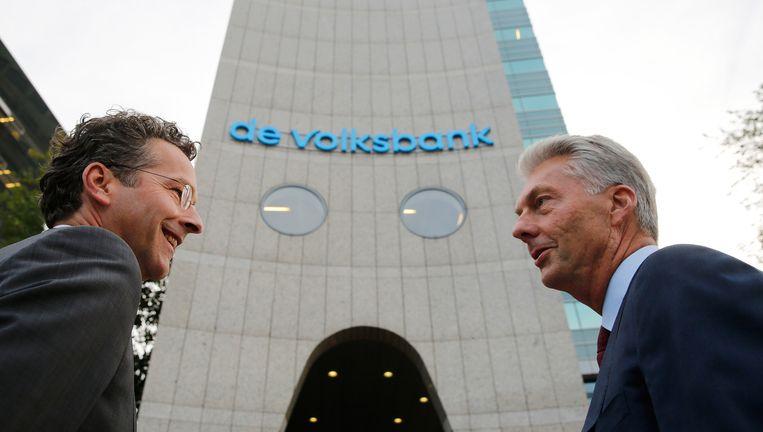 Minister Dijsselbloem (l) samen met SNS-topman Maurice Oostendorp bij het logo van de Volksbank. Beeld ANP