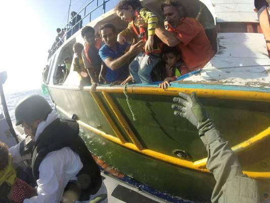 Militairen halen eerst de kinderen van het gammele bootje
