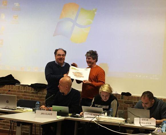 Burgemeester Erik Broeckx (N-VA) ontving de resultaten van de enquête van Groen van Walter Duré (Groen) op de gemeenteraad van dinsdag.