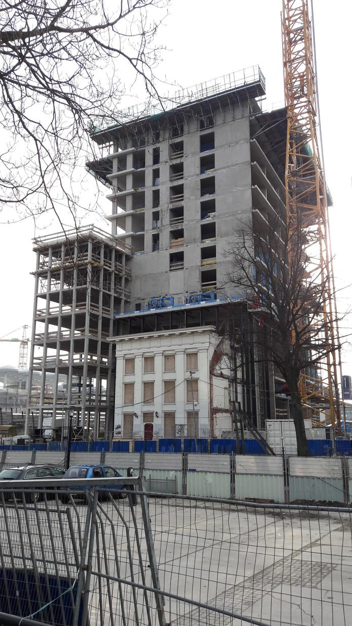 Het  karakteristieke witte monument aan de Van Sijpesteijnkade 25 wordt ingekapseld in een hoge woontoren
