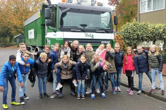 Kisveld-leerlingen bij een vrachtwagen als 'gast' bij de dodehoekles.
