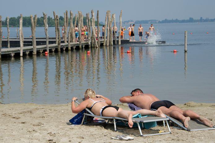 Overdag wordt er gezond, in de avonduren en 's nachts veroorzaken jongeren overlast op de stranden, stelt Leefbaar Zeewolde.