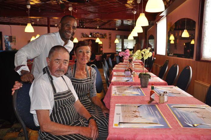 Roland Valentijns, Tony Obi en Isabelle Benoot in hun restaurant-feestzaal 't Valentientje.