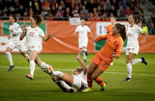 Lieke Martens schiet de 2-0 langs Rahel Kiwic van Zwitserland.