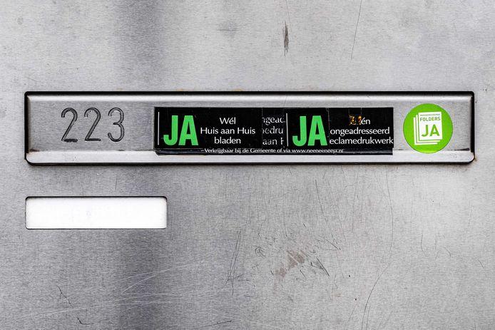 Een ja/ja-sticker op een brievenbus in Amsterdam.