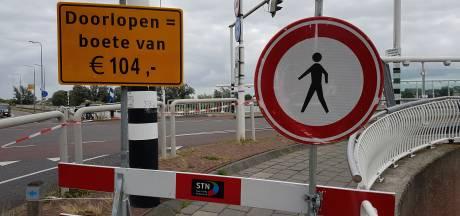 Even snel onder afzetlint bij stadsbrug in Kampen door? Boete!