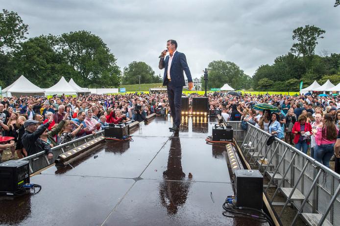 John de Bever in actie in de regen tijdens Oosterhout Live.