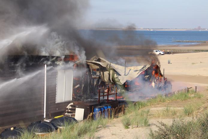Strandpaviljoen is volledig afgebrand.