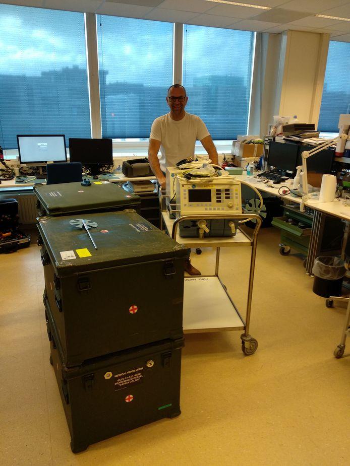 Eric Wansing, medisch instrumentatietechnicus bij Isala, heeft de beademingsapparatuur die het ziekenhuis zaterdag van Defensie overhandigd kreeg, direct klaargemaakt voor gebruik.