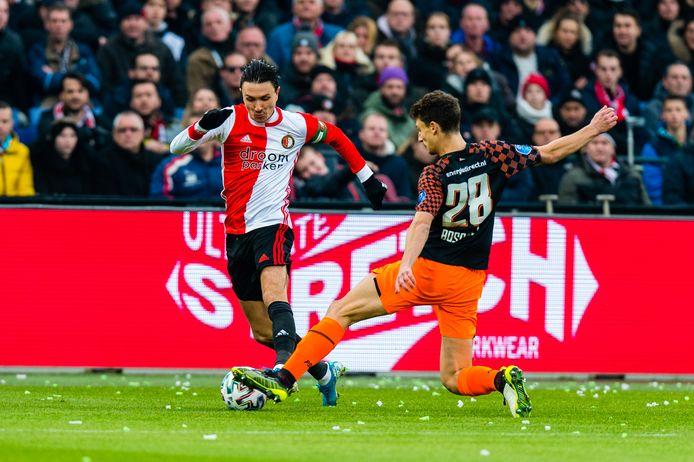 Steven Berghuis flitst voorbij Olivier Boscagli tijdens Feyenoord - PSV (3-1) op 15 december 2019. Zondag staan de clubs tegenover elkaar in Eindhoven.