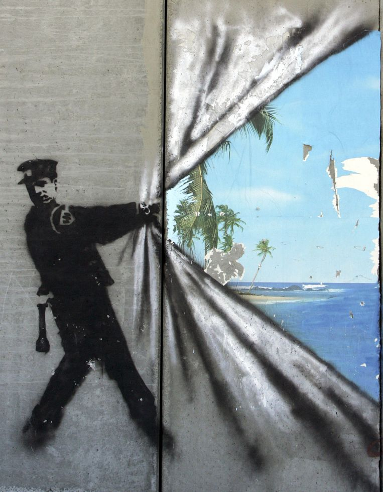 Banksy. 'Deze zelfverklaarde guerrilla-artiest zet ons met zijn provocerende kunst altijd weer aan het denken.' Beeld Getty