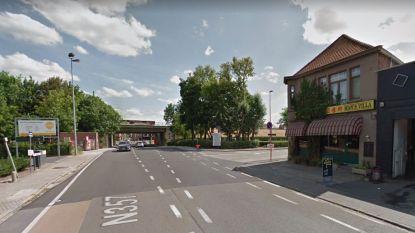 Fietser (18) kritiek na aanrijding bestelwagen: fietser reed zonder licht en verleende geen voorrang, bestuurder had gedronken