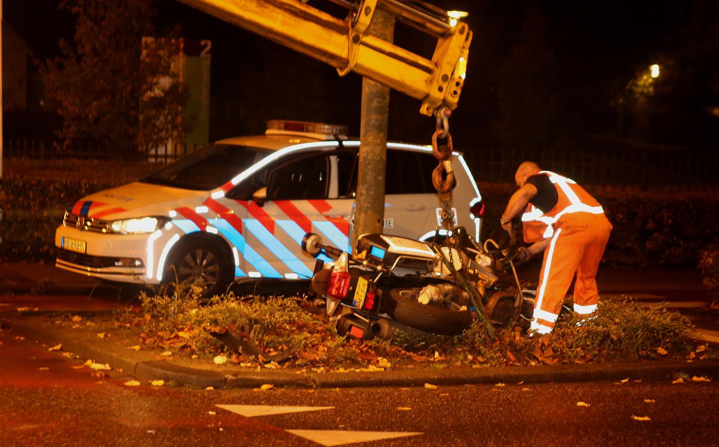 De motor van de omvergereden agent wordt weggetakeld. De aanrijding had plaats op de rotonde bij de Oude Vlijmenseweg en de Kooikersweg.
