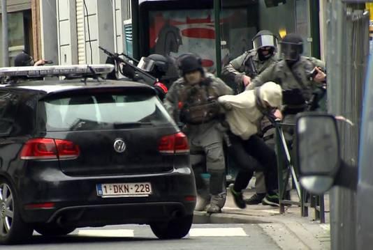 Salah Abdeslam wordt weggeleid na zijn arrestatie vrijdag in de Vierwindenstraat in Molenbeek.
