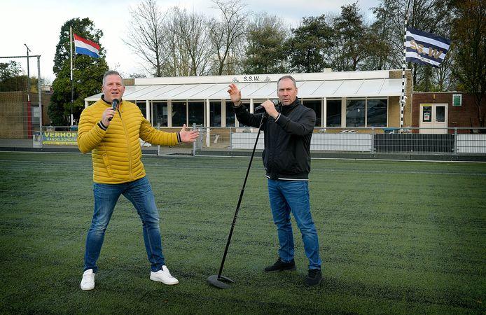 Danny Ebbers (links) en Gerrit van Kooten mogen de kantine niet in, maar poseren graag op het veld van SSW. Laatstgenoemde reeg bij die club jarenlang de doelpunten aaneen.