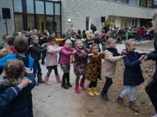 Eindelijk: lekker in de polonaise over het schoolplein van de gloednieuwe IKC Platanenlaan