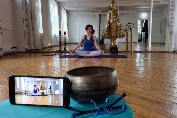 Iveta Hanusova geeft online yogales in Valkenswaard.