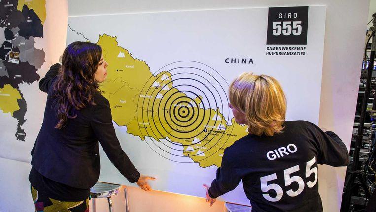 Medewerkers van Giro 555 tijdens de nationale actiedag Nederland helpt Nepal. Beeld anp
